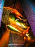 曼谷,泰国- 2008年6月30日:在Wat Pho寺庙的斜倚的菩萨金雕象 库存照片
