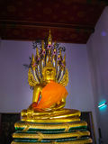 曼谷,泰国- 2008年6月30日:在Wat Pho寺庙的斜倚的菩萨金雕象 免版税库存图片