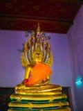 曼谷,泰国- 2008年6月30日:在Wat Pho寺庙的斜倚的菩萨金雕象 免版税图库摄影