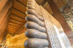 曼谷,泰国- 2015年3月23日:在Wat Po寺庙的巨大的说谎的金黄菩萨脚  库存照片