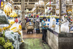 曼谷,泰国- 2015年11月07日:地方妇女卖泰国st 免版税库存图片