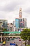 曼谷,泰国- 2016年11月28日:城市街道的看法在多云天气的 复制文本的空间 垂直 免版税库存图片