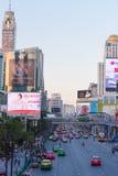 曼谷,泰国- 2016年11月28日:城市街道的看法在多云天气的 复制文本的空间 垂直 免版税库存照片