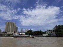 曼谷,泰国- 2017年6月13日:小船和大厦在Ch 库存照片