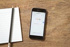 曼谷,泰国- 2016年2月22日:新灰色在屏幕上的iPhone 6显示的谷歌网站投入了木桌 iPhone 6是 库存图片