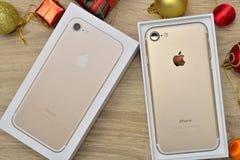 曼谷,泰国- 2016年11月23日:新的苹果计算机iPhone 7箱中取出 免版税库存照片