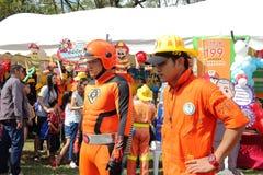 曼谷,泰国- 2016年1月9日:有超级英雄的Cosplay消防员在泰国全国儿童的天 库存照片
