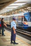曼谷,泰国- 2017年3月8日:未认出的治安警卫o 免版税库存照片