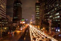 曼谷,泰国11月21日:汽车轻的长的曝光在路的用交通堵塞在晚上, 11月21,2017 库存照片
