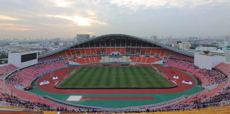 曼谷,泰国- 2016年12月8日:泰国的Rajamangala家庭全国体育场全景反对暮色天空befor的 库存图片