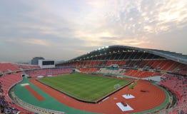 曼谷,泰国- 2016年12月8日:泰国的Rajamangala家庭全国体育场看法反对暮色天空的在比赛前 免版税库存图片