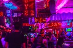 曼谷,泰国- 2017年2月21日:游人参观了Soi Cowbo 免版税库存照片