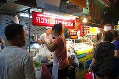 曼谷,泰国- 2015年1月31日:烹调中国食物的中国厨师在Yaowarat路的曼谷唐人街,许多中国食物 免版税库存照片