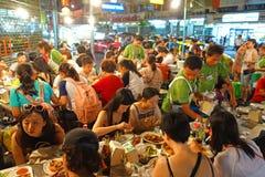 曼谷,泰国- 2015年1月31日:烹调中国食物的中国厨师在Yaowarat路的曼谷唐人街,许多中国食物 图库摄影