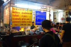 曼谷,泰国- 2015年1月31日:烹调中国食物的中国厨师在Yaowarat路的曼谷唐人街,许多中国食物 免版税库存图片
