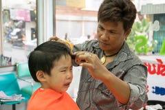 曼谷,泰国- 2015年1月17日:男孩理发和他不 库存照片