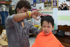 曼谷,泰国- 2015年1月17日:男孩理发和他不 库存图片