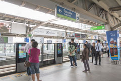 曼谷,泰国- 2015年11月07日:站立在线的人们 免版税库存照片