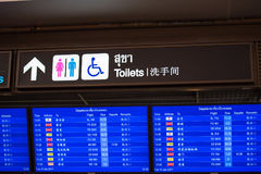 曼谷,泰国- 2016年11月28日:航行时刻表用中文在曼谷机场 国际航班 免版税库存照片
