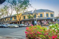 曼谷,泰国- 2017年3月2日:许多摩托车和汽车 免版税图库摄影