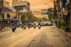 曼谷,泰国- 2017年3月2日:许多摩托车和汽车 免版税库存图片
