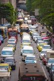曼谷,泰国- 2016年11月28日:车摩托车、公共汽车、汽车和出租汽车在有十字架的交叉点等待绿灯 免版税图库摄影