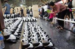曼谷,泰国- 2016年3月15日:1600只熊猫世界游览在WWF的泰国在曼谷火车站( 华Lamphong stati 库存照片