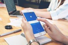 曼谷,泰国- 2017年3月05日:登录画面在苹果计算机iPhone 6的Facebook象 最大和最普遍的社会网络坐 免版税库存照片
