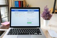 曼谷,泰国- 2017年3月05日:登录画面在苹果计算机Macbook的Facebook象 最大和最普遍的社会网络站点 免版税库存照片