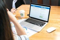 曼谷,泰国- 2017年4月14日:登录画面在苹果计算机Macbook的Facebook象 最大和最普遍的社会网络站点 免版税库存图片