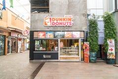 曼谷,泰国- 2016年4月21日:Dunkin油炸圈饼外部嘘 免版税库存照片