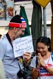 曼谷,泰国- 2014年1月13日:Foriegner和泰国反政府抗议者 免版税库存图片