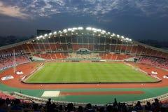 曼谷,泰国- 2016年12月8日:Rajamangala体育场全景有人人群的在比赛前的对反对c的夜 免版税库存图片