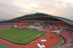 曼谷,泰国- 2016年12月8日:Rajamangala体育场广角射击在比赛前的对反对五颜六色的剧烈的天空的夜 免版税库存图片