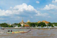 曼谷,泰国- 2017年8月13日 游客旅行乘小船 免版税库存照片