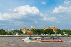 曼谷,泰国- 2017年8月13日 游客旅行乘小船 库存图片