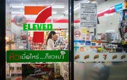 曼谷,泰国- 2月25 :一名未认出的夫人顾客c 免版税库存图片
