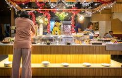 曼谷,泰国- 12月31 :一名未认出的femail顾客 库存图片