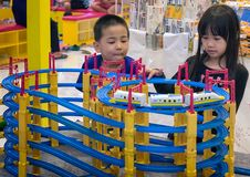 曼谷,泰国- 2月11 :一未认出的男孩和女孩wa 免版税图库摄影