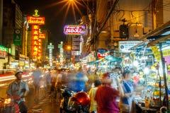曼谷,泰国- 9月25 :中国镇看法在曼谷,泰国 摊贩,本机和touri的步行者 免版税库存图片