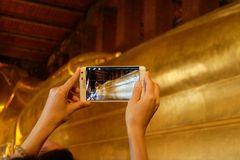 曼谷,泰国1月16,2016 :人们采取在Wat Pho寺庙的一个照片斜倚的菩萨雕象 免版税库存照片