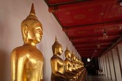 曼谷,泰国1月16,2016 :人们采取在Wat Pho寺庙的一个照片斜倚的菩萨雕象 免版税库存图片