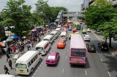 曼谷,泰国- 8月04 :人等待的公共汽车cowds  免版税图库摄影