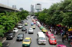 曼谷,泰国- 8月04 :人等待的buse cowds  库存图片