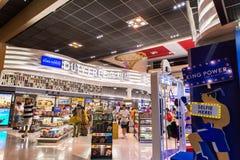 曼谷,泰国- 10月7,2017 :免税店内部看法在廊曼国际机场 图库摄影