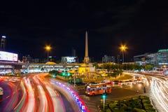 曼谷,泰国- 12月11 :在胜利星期一的夜轻的视图 库存照片