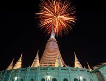 曼谷,泰国- 1月13 :在Wat Prayura的五颜六色的火工作 库存照片