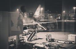 曼谷,泰国- 10月7,2017 :地勤人员在飞机的装货行李在机场廊曼机场终端 免版税库存照片