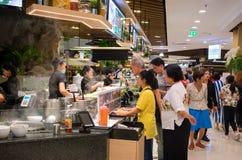 曼谷,泰国- 3月18 :广泛未认出的顾客aw 免版税库存图片