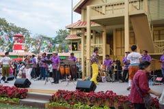 曼谷,泰国- 1月16 :执行在阶段的泰国传统民歌音乐家在Lumpini公园,曼谷在Th的泰国 图库摄影